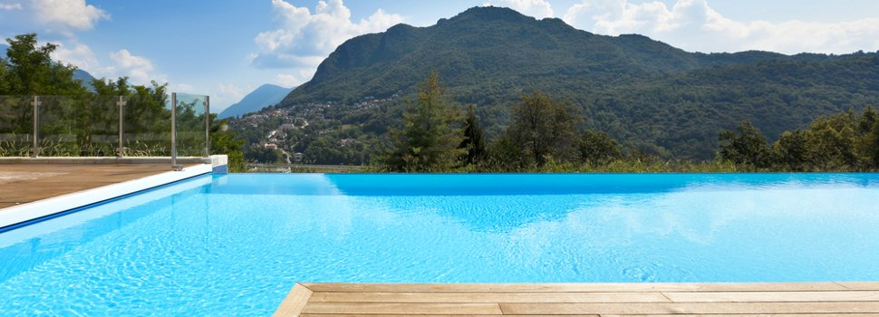 piscina interrata con pavimento in legno