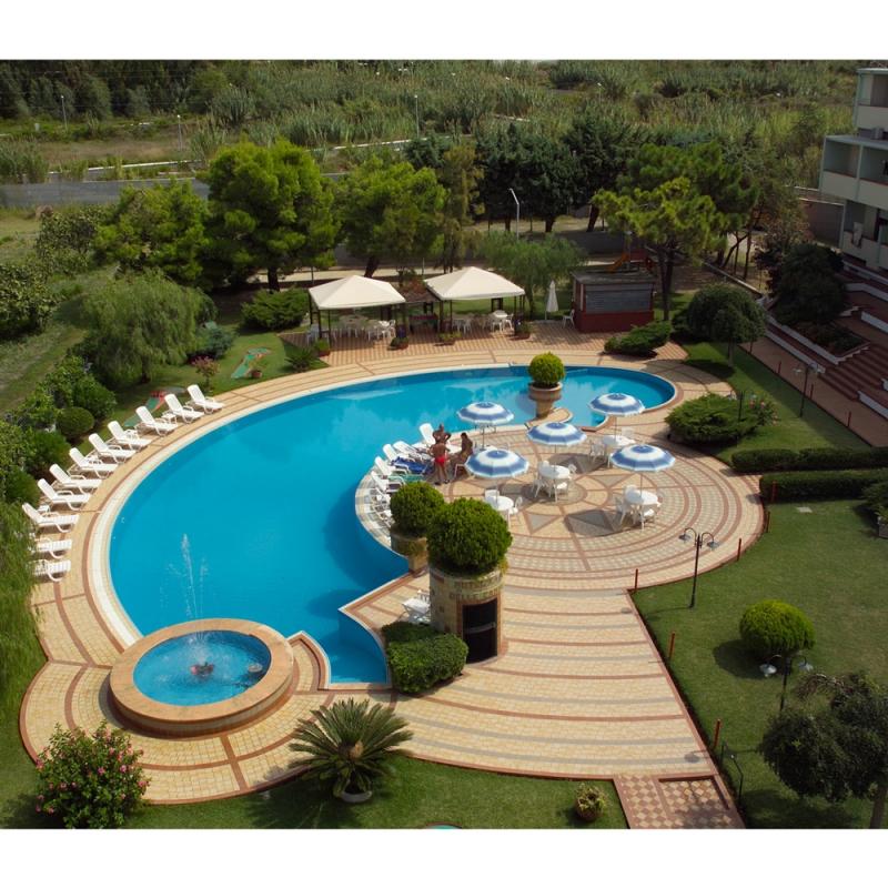 Piscine con bordo a sfioro foto ladivinapiscina - Foto piscine interrate ...