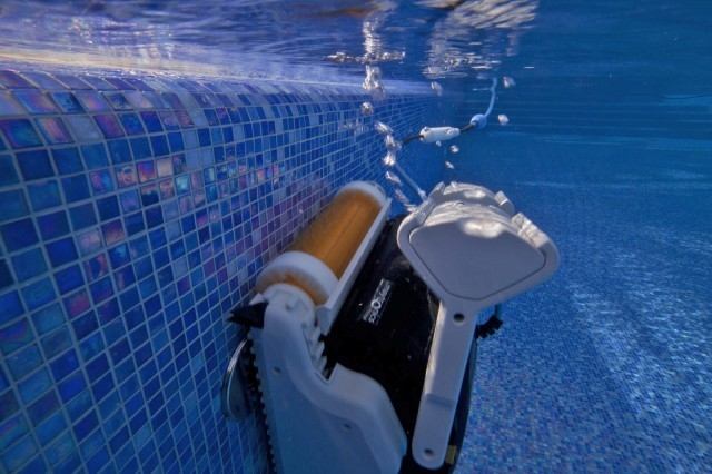 Robot per piscine pulitore maytronics dolphin explorer for Robot piscine maytronics